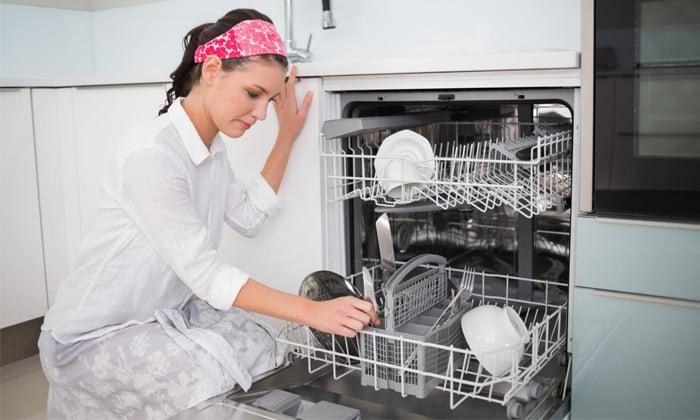 Посудомойка и девушка