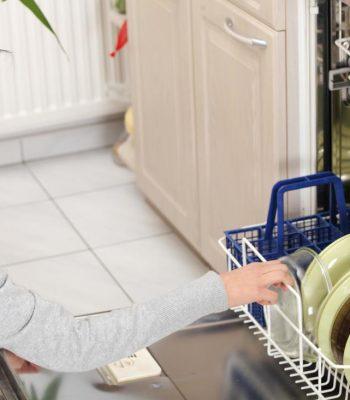 Как убрать неприятный запах из посудомоечной машины