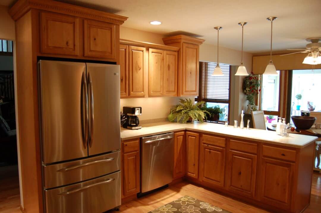 Холодильник установлен в кухонный гарнитур