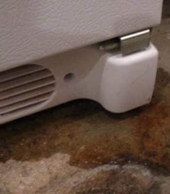 Что делать, если снизу холодильника появилась вода
