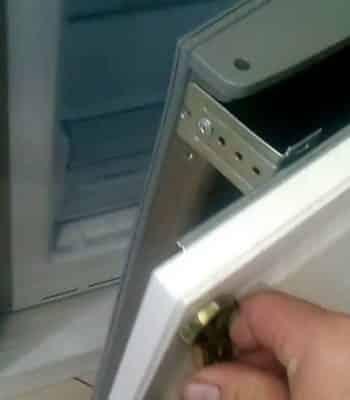 Как встроить обычный холодильник в кухонный шкаф