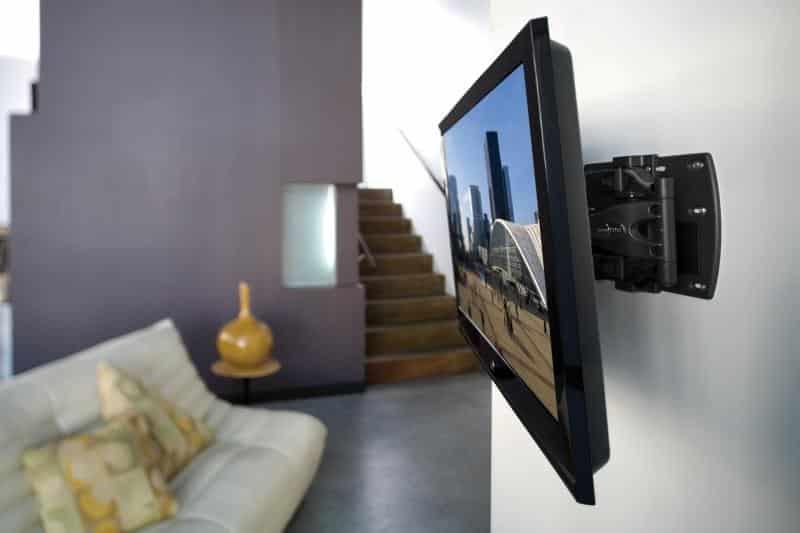 Телевизор установленный на стене