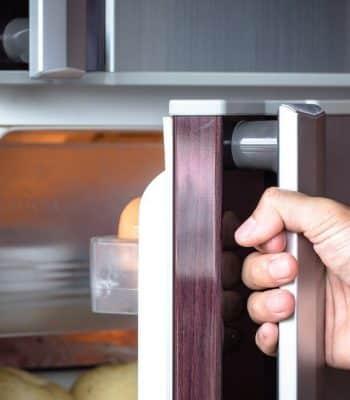 Как самостоятельно переставить дверь холодильника на другую сторону