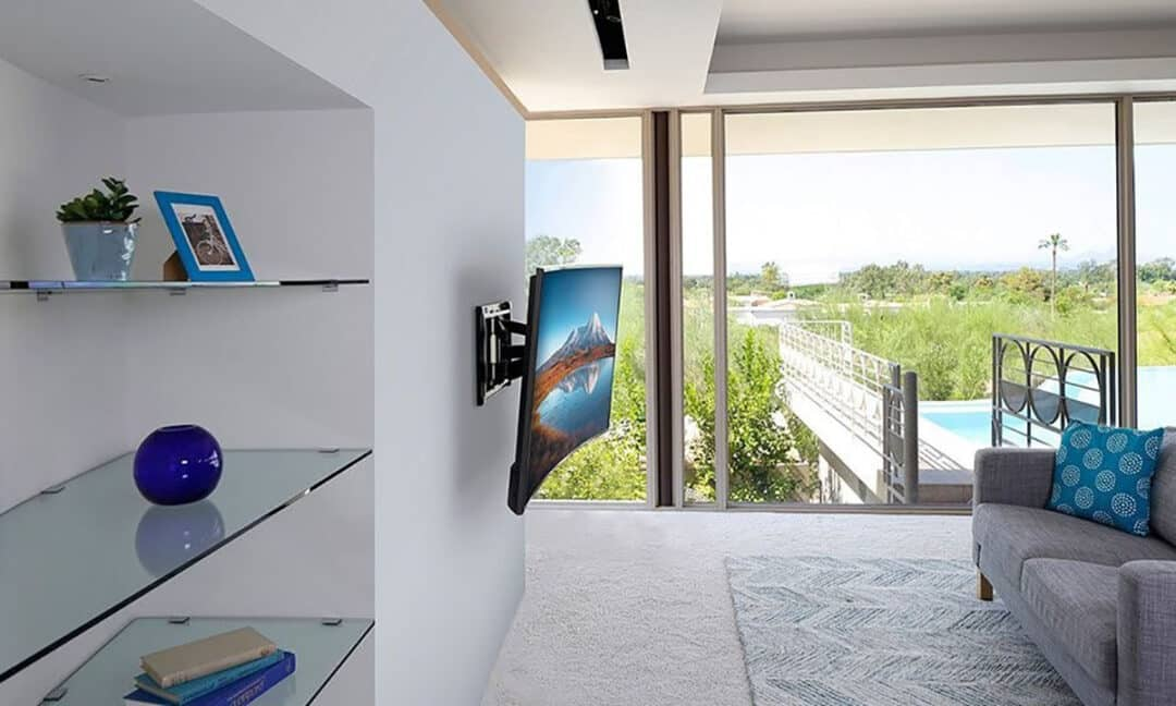 Изогнутый телевизор на стене