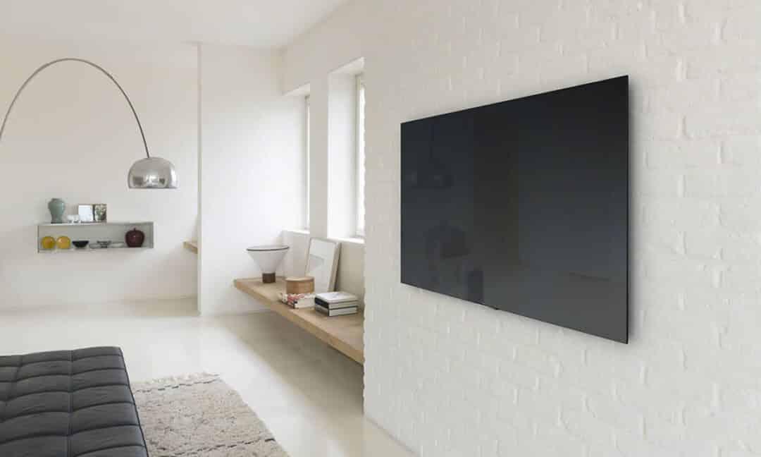 Телевизор подвешенный на стену